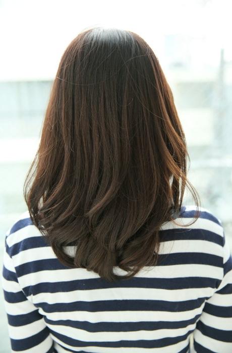 ミディアムレイヤーの素髪感ナチュラルフェミニンスタイルで清潔感プラス写真