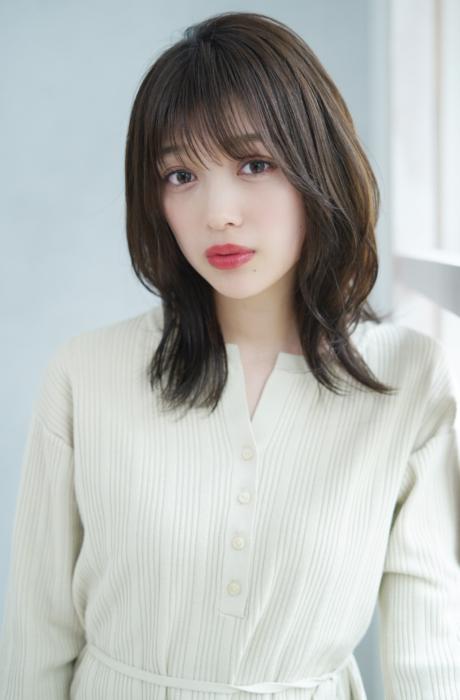 小顔カットミディアム前髪と顔まわりの外ハネ透明感カラーで☆写真